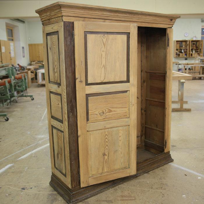 alten schrank restaurieren antiker alter schrank f r wohnzimmer oder schauraum in h rbranz schr. Black Bedroom Furniture Sets. Home Design Ideas