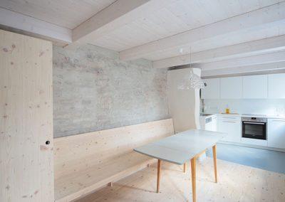 Schreinerei Hundhammer Objektdesign Haus Mindelheim Küche mit alter Stadtmauer im Erdgeschoss